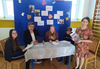 Zdjęcie główne dla: 'Uczniowie i nauczyciele szkoły w Rudce czytali