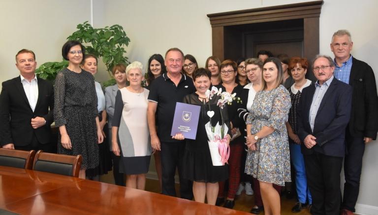Zdjęcie główne newsa: Pani Czesława Bednarz, długoletni pracownik Urzędu Miasta i Gminy w Sieniawie przechodzi na emeryturę